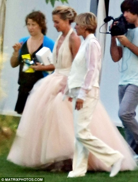 Portia De Rossi Wedding Kiss.Ellen And Portia De Rossi Married In L A The Fashionbrides