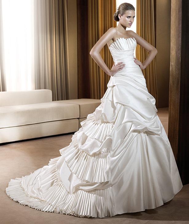 Per delle spose che vogliono un pò di movimento nell abito e preferiscono  degli abiti da sposa ricchi alle linee minimal. dba91864aa9