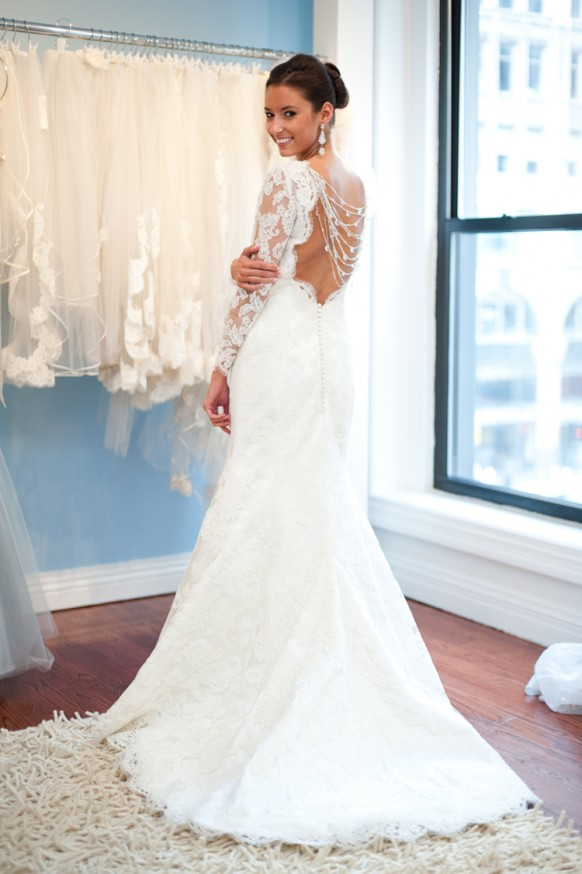 white-french-lace-open-back-wedding-gown-with-back-buttons-long-sleeved-wedding-dress-beyaz-dantel-sirti-acik-arkasi-dugmeli-uzun-kollu-gelinlik-modeli