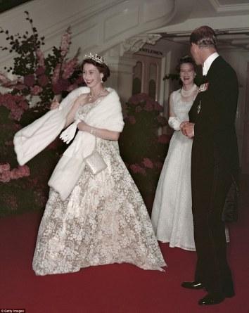 Queen-Elizabeth-II-England-Fashion-Style (6)